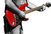 Rocker mit seiner gitarre vor weißem hintergrund — Stockfoto