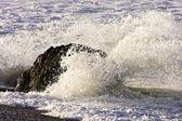 Salpicaduras de las olas en la roca — Foto de Stock