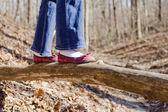 Chica caminando por el registro — Foto de Stock