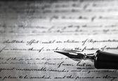 Vicino di penna stilografica su vecchia lettera — Foto Stock