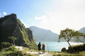 Couple hiking mount pinatubo volcano philippines — Stock Photo
