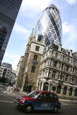 London taxi cab driving past gherkin — Stock Photo