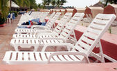 Row of empty white chairs ina hotel resort — Stock fotografie