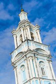 High orthodox church on a blue sky background. belfry building — Stock Photo