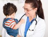 Glückliche Frau Kinderarzt mit jungen — Stockfoto