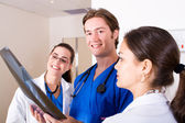 Группы медицинских работников, глядя на рентген — Стоковое фото