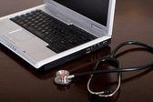 Stetoscopio e laptop computer — Foto Stock