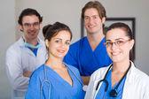 Gruppen av unga sjukvårdsarbetare porträtt — Stockfoto