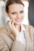 Portrait de jolie jeune femme d'affaires closeup — Photo