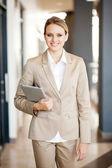 Mulher de negócios moderna andando com computador tablet — Foto Stock