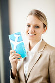 Krásná mladá podnikatelka drží letenky — Stock fotografie
