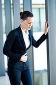 Jeune femme d'affaires ayant la période de douleur au bureau — Photo