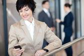 携帯電話で話している中間の高齢女性実業家 — Stockfoto