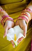 Ndian vrouw bedrijf bloem met beide handen — Stockfoto