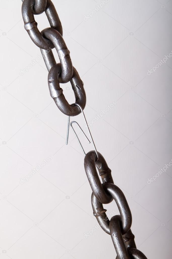 Weakest link in a chain. concept of genuine software (machine part, team player, etc) makes difference — Stock Photo #12386407