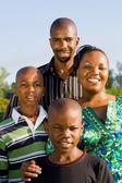 Heureux afro-américain portrait de famille à l'extérieur — Photo