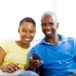 TV izlerken, genç, mutlu Afrikalı-Amerikalı Çift — Stok fotoğraf