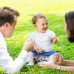 mutlu genç aile açık havada — Stok fotoğraf