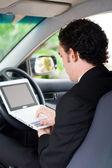 Homem de negócios, trabalhando dentro de um carro — Foto Stock