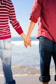 Çift el ele sahilde — Stok fotoğraf