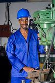 Erkek afrika mavi yakalı işçi atölye — Stok fotoğraf
