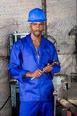 用锤子在车间工作的年轻非洲厂 — 图库照片