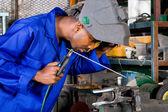 Africano-americano soldador trabalhando na oficina — Fotografia Stock