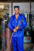 Afrikanische männlich schweißer mit gas schweißgerät — Stockfoto