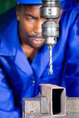 Afrikanische arbeiter arbeiter in der werkstatt arbeiten an bohrmaschine — Stockfoto