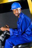 Afroamerikaner gabelstapler-fahrer in der fabrik — Stockfoto