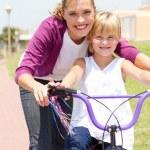 Happy matka učí malou dceru, jak jezdit na kole — Stock fotografie