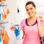 年轻女子在服装店内衣购物 — 图库照片