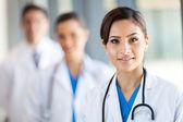 Retrato bonito de trabalhadores de saúde no hospital — Foto Stock