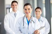 Groep van gezondheidswerkers portret in ziekenhuis — Stockfoto
