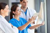 Groupe de travailleurs médicaux travaillant ensemble à l'hôpital — Photo