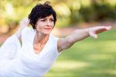 здоровая среднего возраста женщина, растяжения на открытом воздухе — Стоковое фото