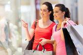 Zwei junge frauen, die shopping mall — Stockfoto