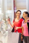 幸せな若い女性のウィンドウ ショッピング モールで — ストック写真