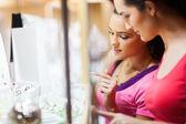 Dwa młoda kobieta, sklepy jubilerskie — Zdjęcie stockowe