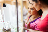 Two young woman shopping for jewellery — Stockfoto