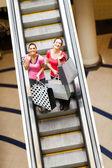 快乐购物妇女上自动扶梯与购物袋 — 图库照片