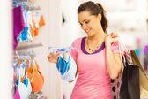 Atrakcyjna młoda kobieta zakupy na bieliznę w sklepie odzieżowym — Zdjęcie stockowe