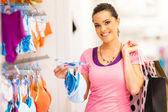 Młoda kobieta zakupy sklep z bielizną w sklepie odzieżowym — Zdjęcie stockowe