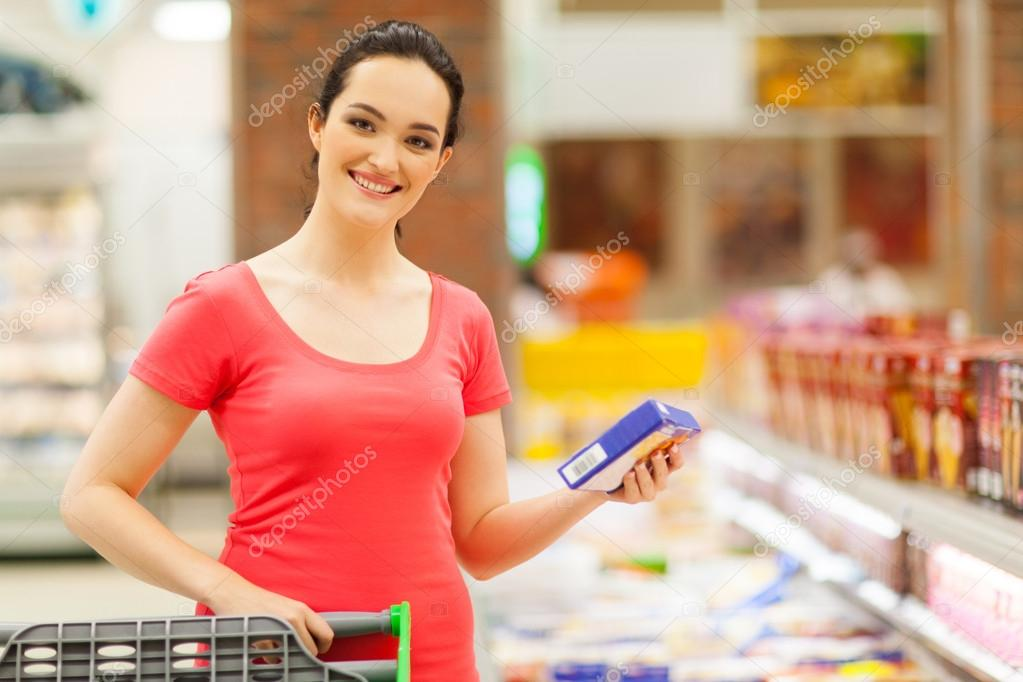 Happy young woman shopping for frozen food in supermarket — Stock Photo #14904571