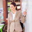 enseignant féminin heureux d'enseignement en salle de classe — Photo