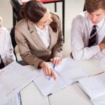 Profesor de secundaria tutoría a grupo de estudiantes en el aula — Foto de Stock