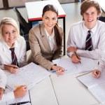 bovenaanzicht van middelbare schoolleraar en leerlingen in klas — Stockfoto