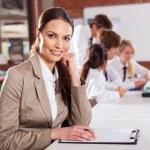 aantrekkelijke vrouwelijke schoolleraar in de klas — Stockfoto