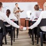 middelbare school jongen liefde opmerking doorgeven aan een meisje houdt hij in klas — Stockfoto