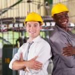 Счастливый завод менеджер и работник портрет — Стоковое фото